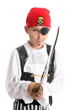 Photo pour Garçon pirate portant patch et bandanna et tenant une épée - image libre de droit