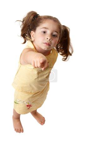 Photo pour Une jeune fille debout et avec un bras tendu pointe son doigt - image libre de droit