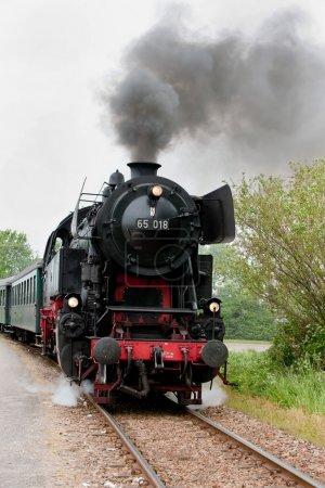 Photo pour Un vieux train à vapeur sur la voie - image libre de droit