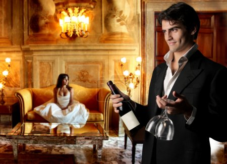 Photo pour Beau couple boire du vin après mariage - image libre de droit