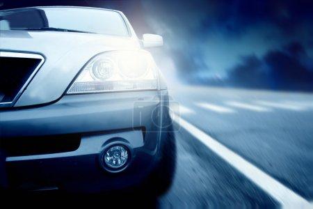 Photo pour Grande voiture qui roule dans la rue - image libre de droit