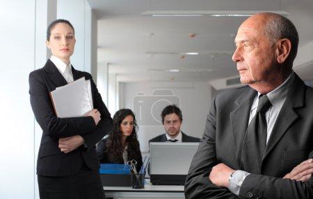 Photo pour Partenaires d'affaires avec les employés plus jeunes sur le fond - image libre de droit
