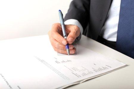 Photo pour Mains de l'homme, signature d'un contrat - image libre de droit