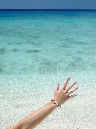 Foto de Mano con pulseras de conchas, Playa María la gorda, Pinar del río, cuba - Imagen libre de derechos