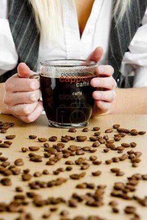 Photo pour Détail de femme d'affaires tenant une tasse de café - image libre de droit