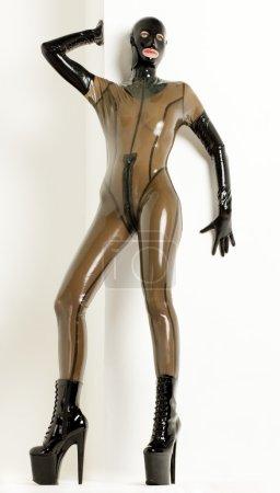 Photo pour Femme debout, portant des vêtements de latex - image libre de droit