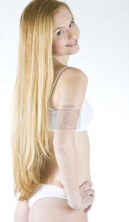 Photo pour Jeune femme debout portant des sous-vêtements - image libre de droit