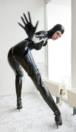 Photo pour Femme portant des vêtements de latex - image libre de droit