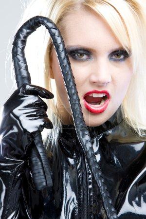 Photo pour Femme en latex avec fouet - image libre de droit