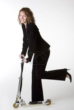Photo pour Femme d'affaires équitation scooter - image libre de droit