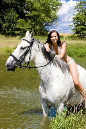 Photo pour Équitation à cheval à travers l'eau - image libre de droit