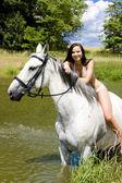 Jezdectví na koni přes vodu