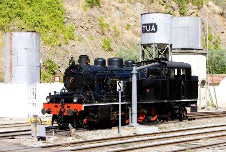 Photo pour Locomotive à vapeur à la gare de Tua, vallée du Douro, Portugal - image libre de droit