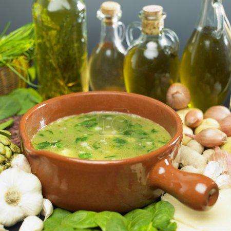 Photo pour Soupe (bouillon) aux épinards - image libre de droit