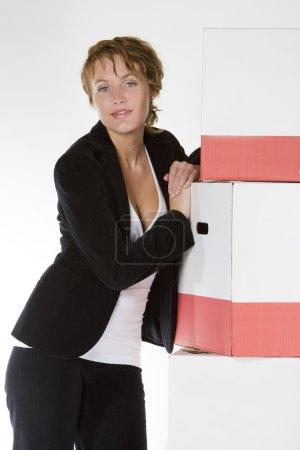 Photo pour Femme d'affaires avec des boîtes - image libre de droit