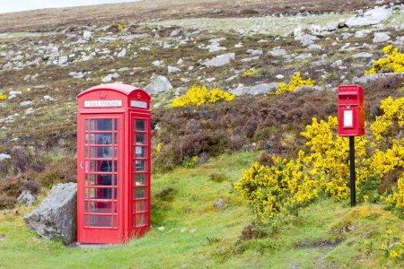 Photo pour Cabine téléphonique et la boîte aux lettres près de posées, Écosse - image libre de droit