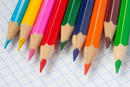 Photo pour Crayons de couleur sur feuille de carnet - image libre de droit