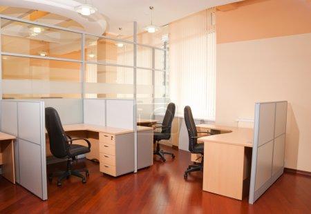 Photo pour Intérieur de bureau moderne - lieu de travail - image libre de droit