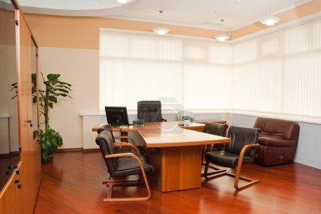 Photo pour Intérieur moderne de bureau - bureau du directeur avec une place pour les réunions - image libre de droit
