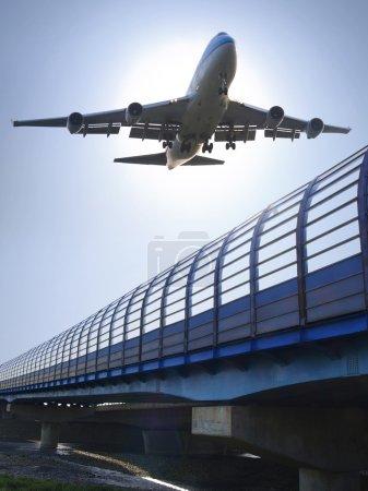 Photo pour Avion prêt pour l'atterrissage à l'aéroport - image libre de droit
