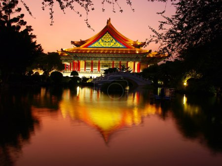 Photo pour Bâtiment chinois traditionnel et le lac en soirée - image libre de droit