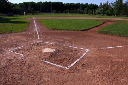 Photo pour Un coup de grand angle d'un terrain de baseball inoccupées. Le tir a été créé par Hdr. (expositions multiples combinées) - image libre de droit