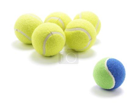Photo pour Balles de tennis sur fond blanc - image libre de droit