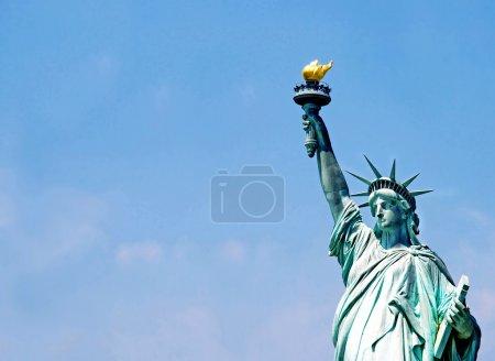 Photo pour Statue de la Liberté fragment sur ciel bleu - image libre de droit