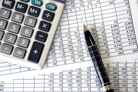 Photo pour Document avec chiffres avec calculatrice argent et stylo - image libre de droit