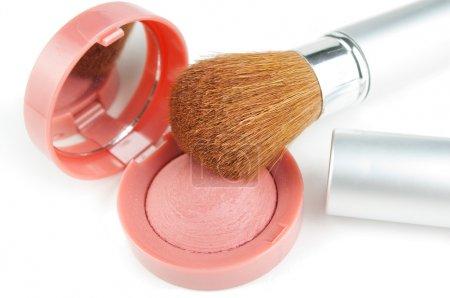 Photo pour Blusher et pinceau de maquillage sur fond blanc - image libre de droit