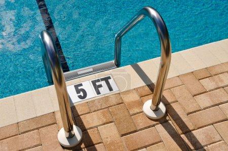 Photo pour Échelle de piscine - image libre de droit