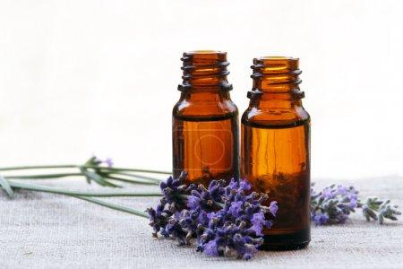 Photo pour Huile d'arôme aromathérapie en bouteilles en verre avec lavande - image libre de droit