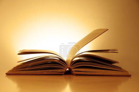 Photo pour Vieux livre ouvert façonné éclairé fond vintage - image libre de droit