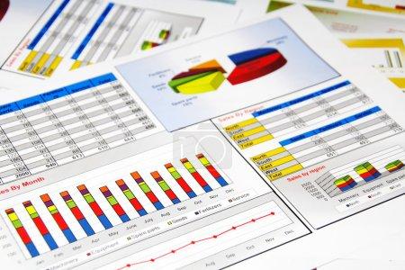 Photo pour Rapport de ventes en statistiques, graphiques et graphiques colorés - image libre de droit