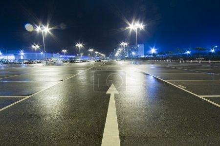 Photo pour Le logo menant au parking - image libre de droit