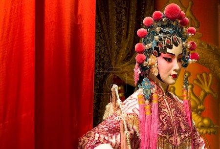 Photo pour Mannequin d'opéra chinois et tissu rouge comme espace texte, c'est un jouet, pas vrai homme - image libre de droit