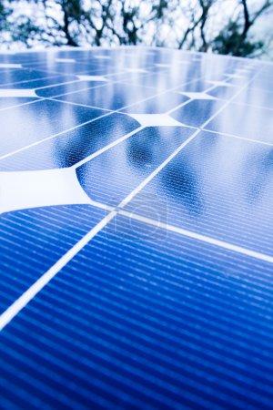 Foto de Árboles verdes y cielo azul reflejados en paneles solares. Ir verde con energía renovable ! - Imagen libre de derechos