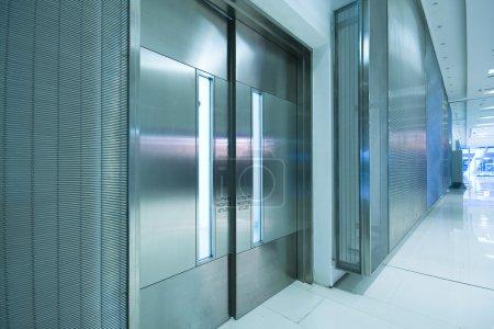 Photo pour Grande porte en acier dans l'immeuble de bureaux et long couloir. - image libre de droit