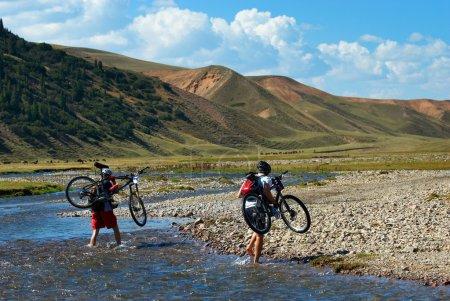 Photo pour Deux VTT et rivière de montagne - image libre de droit