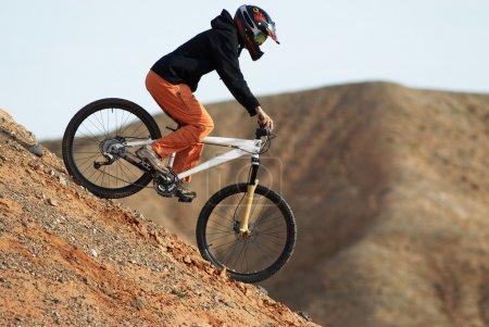 Photo pour Fille descente sur vélo - image libre de droit