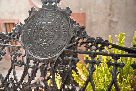 Photo pour Un banc en fer forgé du centre San miguel de allende, état de guanajuato, Mexique - image libre de droit