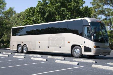 Photo pour Nouveau bus moderne avec vitres teintées attendant les passagers - image libre de droit
