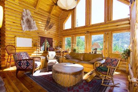 Photo pour Salle de séjour dans une cabane en rondins - image libre de droit