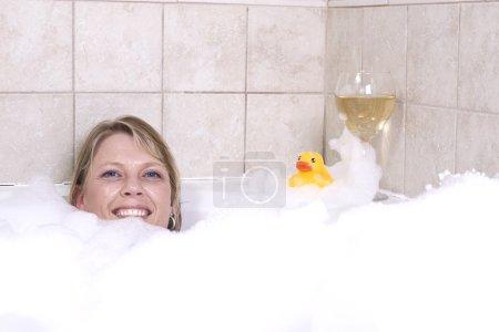 Photo pour Gros plan sur une femme dans le bain de baignoire - image libre de droit