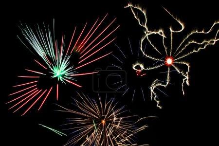 Photo pour Partie de la grande finale d'un spectacle de feux d'artifice du 4 juillet. - image libre de droit