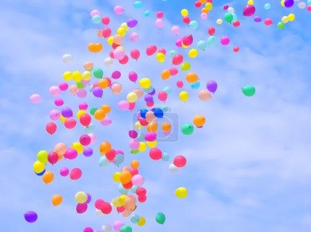 Foto de Un montón de globos de colores volando en el cielo - Imagen libre de derechos