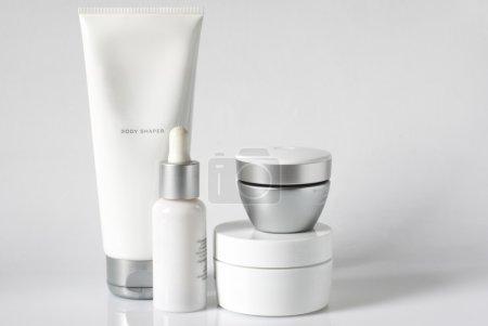 Photo pour Ensemble de produits cosmétiques dans des récipients blancs et gris sur fond clair . - image libre de droit