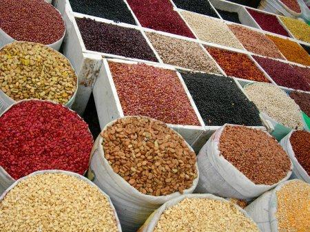 Photo pour Beaucoup de nourriture sèche sur le marché - image libre de droit
