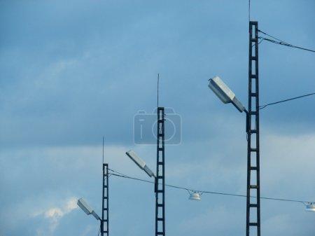 Photo pour Lignes électriques et des pylônes électriques - image libre de droit