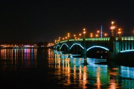 Photo pour Saint-Pétersbourg, Russie, vue de nuit du pont troitsky avec éclairage - image libre de droit
